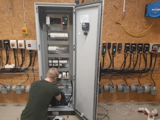 Bäckadalsgymnasiet och Schneider Electric fördjupar samarbetet.