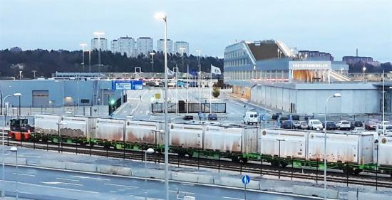 Första tåget med biobränsle från Bergslagen rullade in mot lossningsstationen hos Fortum Värme i Värtahamnen.