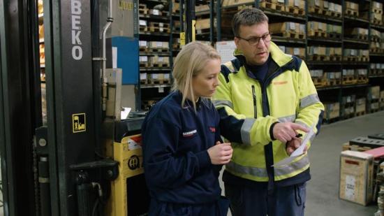 Skådespelaren Ellen Bergström introducerar nya i tillverkningsindustrin om risker och säkerhet på arbetsplatsen.