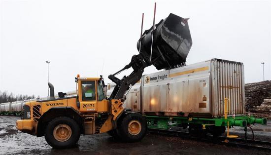 <span><span><span>Tågsetet består av 36 vagnar och rymmer 3250 m3 trädbränsle. Genom att utnyttja tågtransporter kan utsläppen av koldioxid från transporter på bilväg minskas.<br /></span></span></span>