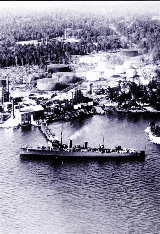 <span>Det brittiska fartyget S/S Earl anländer till raffinaderiet med den första lasten råolja som tagits till Sverige med båt.</span>