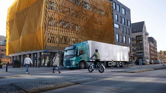 Den första Volvo FM Electric överlämnades av Roger Alm, vd Volvo Lastvagnar, till DFDS i augusti. Leveransen av de 100 lastbilarna kommer att starta under Q4 nästa år.