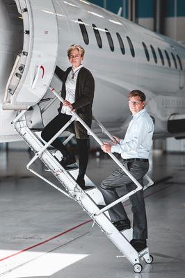 Ann-Kristin Adolfsson<span>, </span><span><span><span>strategichef på Saabs affärsområde Aeronautics,</span></span></span> och Christopher Jouannet<span><span><span>, Saabingenjör och </span></span></span><span><span>projektledare för projektet.</span></span>