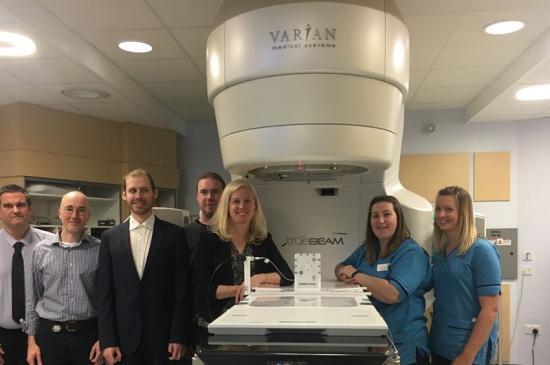Micropos Team tillsammans med Edinburgh Cancer Center Team under installationen a RayPilot®.