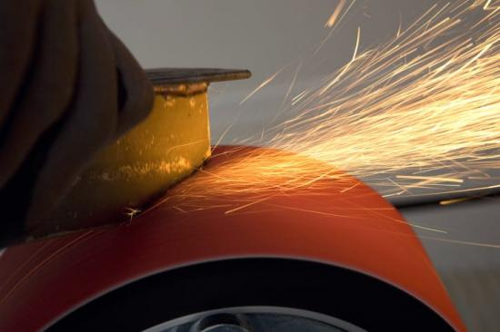 SY798 är speciellt lämpat för grovslipning av gjutna detaljer i rostfritt, kobolt och krom, smidda detaljer som verktyg och turbinblad, torrslipning av stålplåt, medicinska proteser samt allmän grovslipning. Det värmereducerande ytskiktet gör det speciellt lämpat för bearbetning av värmekänsliga material då risken för bränning av detaljen minskar.