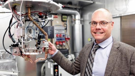 Fredrik Sikström är en av Högskolan Västs forskare som undersöker var och hur AI-teknologin kan göra bäst nytta inom verkstadsindustrin.