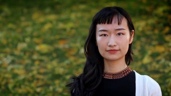 KTH-forskaren Xiong Xiao använder ultraljud tillsammans med ättiksyra och citronsyra i stället för svavelsyra när hon återvinner metallerna i batterierna.