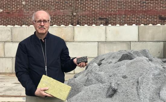 Björn Haase visar två av produkterna som sidoströmmar kan användas till, isolermaterial och asfalt.