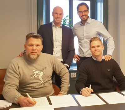 Joakim Ihrfors, Johan Larsson, Robin Boheman och Magnus Ihrfors skriver kontrakt.