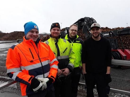 Martin Svarén, Stora Enso Bioenergi, Pierre Eriksson, Wasa Last, Fredrik Karlsson, Stora Enso Bioenergi och Viktor Karlsson, Wasa Last, såg till att lastningsarbetet flöt på Stora Ensos egen terminal i Hällefors.