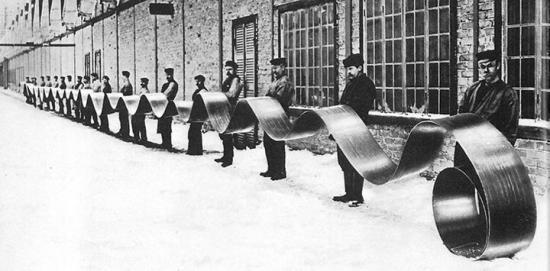 Stålband för transportörer gjordes av kallvalsat band. Bild från Sandvikens Jernverk 1914.