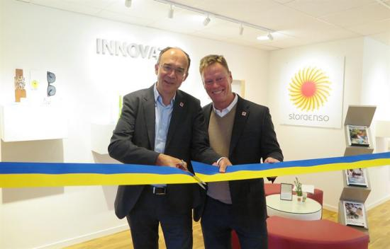 Fr v <span>Gilles van Nieuwenhuyzen, divisionschef, </span>och Peter Torstensson, nordenchef,inviger den nyrenoverade DesignStudion i Jönköping.