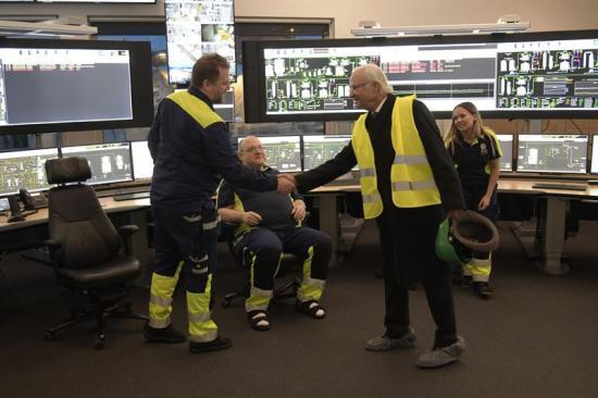 Hans majestät kung Carl XVI Gustaf på besök i den nya driftcentralen på Östrand.