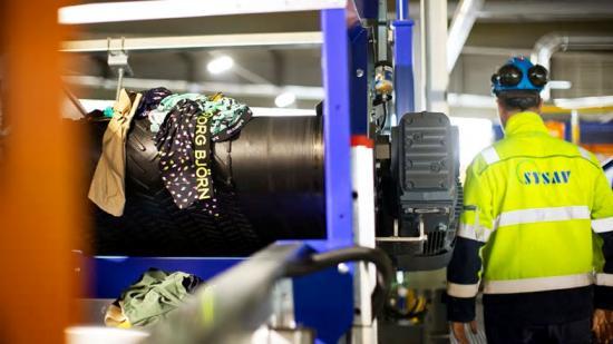 Material från Björn Borg sorteras i Siptex-anläggningen.