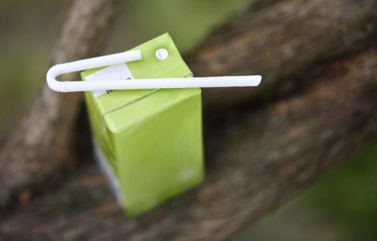 NyaU-Bend Strawär tillverkat i FibreForm och har en positiv inverkan på föroreningar och nedskräpning jämfört med plastsugrör.