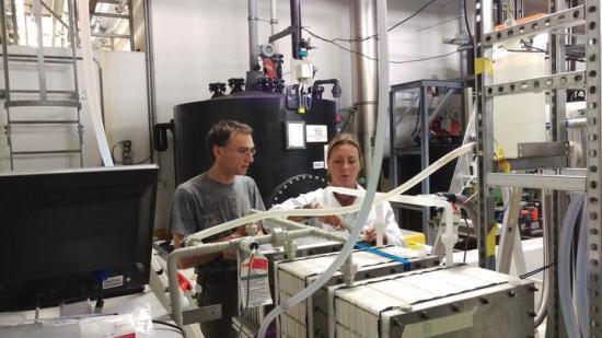 Jan Coenen, imec, och Miriam Åslin, Xzero, testar Xzeros utrustning på imec.