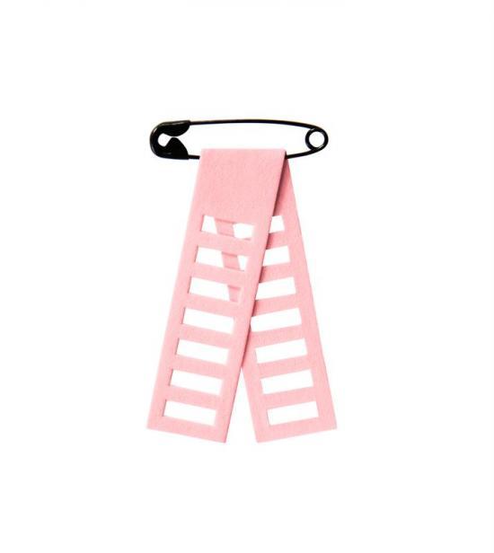 2018 års rosa bandet är tillverkat i slitstarkt papper. Bandet är format som en stege, \