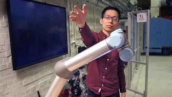 Robottekniken har testats tillsammans med människor. Här är det KTH-forskaren Hongyi Liu som interagerar med roboten.