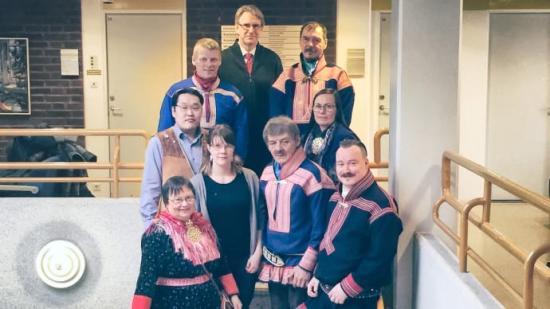 Bild nederst från vänster: Elna Sara, Anders Oskal, Helena Omma, Johan Mathis Turi, Mikhail Pogodaev, Inger Anita Smuk, Mikkel Anders Kemi, Juha Magga, Robert Bernhardsson.