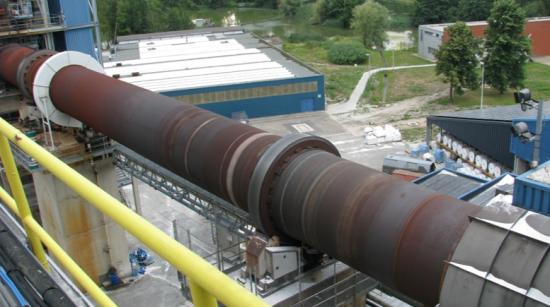 Roterugnar används för att förändra fysikaliska eller kemiska egenskaper hos olikafasta material, exempelvismineraler, metaller och malm, genom upphettning till en hög temperatur.