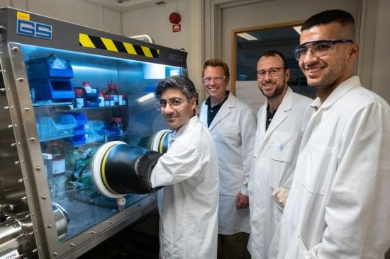 Rouzbeh Samii, Henrik Pedersen, Nathan O'Brien och Polla Rouf i labbet.