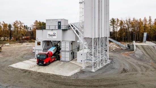 Den första betongen på väg att köras ut från den nya fabriken i Västerås.