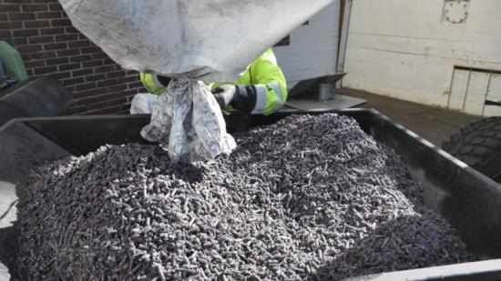 Återvinning av arbetskläder har tidigare setts som ett olösligt problem. Nu kan ett forskningsprojekt lett av Chalmers ha löst det genom termokemisk återvinning.