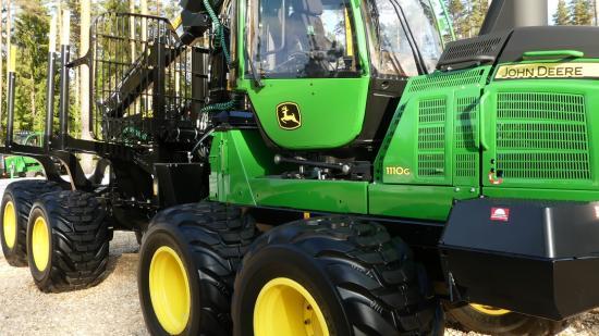 Skotartillverkarna levererar nu av sina nya modellserier med miljövänligare motorer. Här är John Deers nya skotare 1110G som nu börjar komma ut på den svenska marknaden.