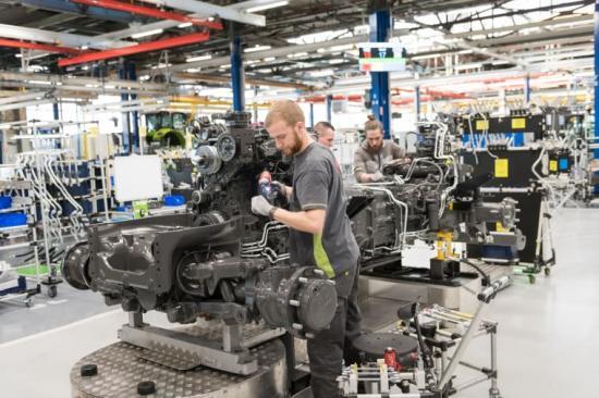 CLAAS investerar bland annat i AGV som är ett slags slingstyrt fordon som används för förflyttning av traktorkroppen i tillverkningen.
