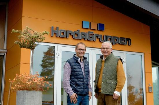 """Sedan den 1 september är det Andreas Helmersson (till vänster) som är vd för HordaGruppen med verksamheter i bland annat Horda och Bor. """"HordaGruppen har fått en fantastisk ledare"""", säger företagets huvudägare och tidigare vd Lars Lejon."""