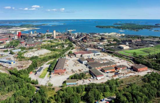 Flygfoto över Proplates 59 000 m2 stora produktionsanläggning i Oxelösund, med SSAB som närmaste granne.