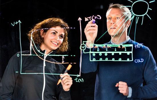 Mina Shiran Chaharsoughi, doktorand inom organisk fotonik och nanooptik vid Laboratoriet för organisk elektronik,och Magnus Jonsson, somlett studien och ärforskningsledare inom organisk fotonik och nanooptik.