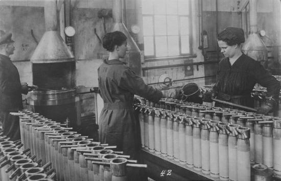 <span><span>Arbetare vid tysk ammunitionstillverkning under första världskriget.</span></span>