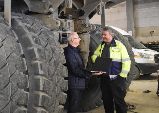 Mikael Svensson, verkstadschef på Sydsten i samtal med Abkatis säljare Johan Fredin.