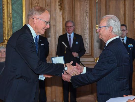 Johan Söderström, vd för ABB Sverige, hedras.
