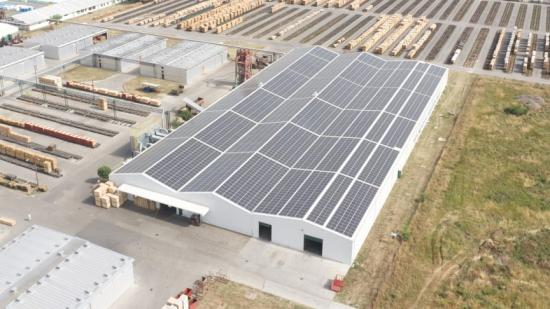 Solceller på taket på fabriken i Spacva, Kroatien.