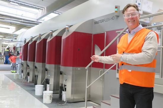 Peter Torstensson, Nordenchef för Stora Ensos wellpappverksamhet vid den nya tryck- och stansmaskin för wellpappförpackningar i Jönköping.