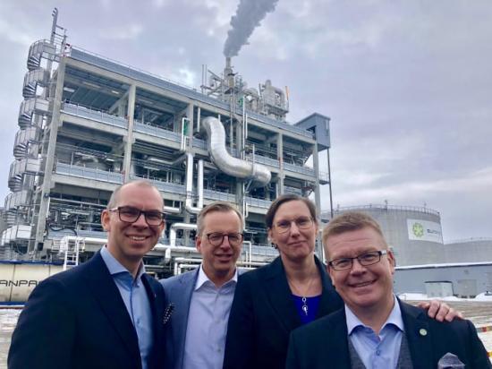 Glad kvartett presenterar SunPines investering i en ny fabrik. Niklas Nordström, kommunalråd Luleå, Mikael Damberg, innovations-och näringsminister, Helena Stenberg, kommunalråd Piteå, och Magnus Edin, vd, SunPine.