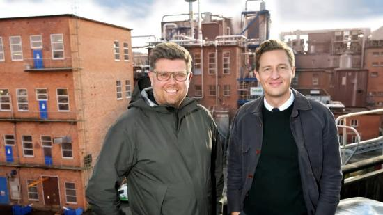 Mikael Fränckel och Emil Källström framför Sekabs produktionsanläggning i Örnsköldsvik, där man nu investerar i en ökad tillverkning av gröna kemikalier.
