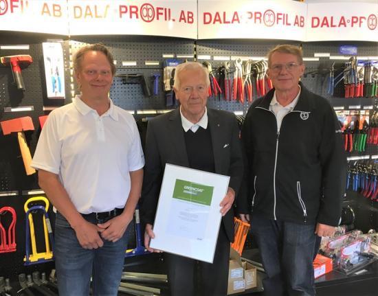 Patrik Edmer, Rolf Sandström och Pär Sixtensson med diplomet för Dala-Profil AB som en GreenCoat® Partner.