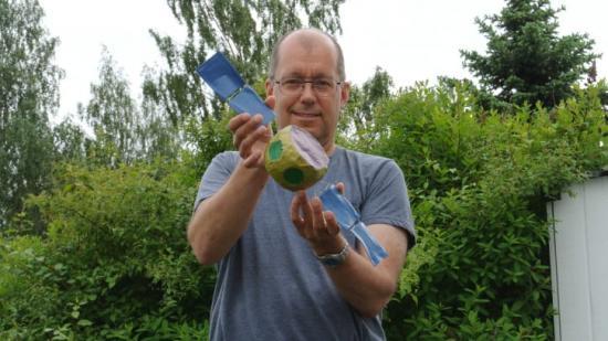 Professor Herbert Gunell, Umeå universitet, med en modell i papier maché av Comet Interceptor.