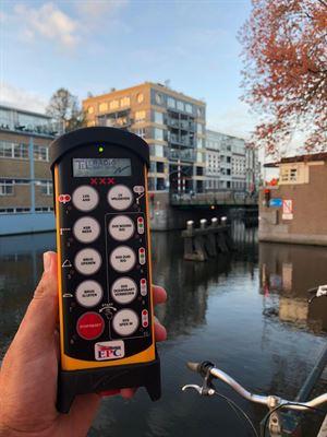 Bild som visar handsändare för styrning av bro i Haag, Holland.
