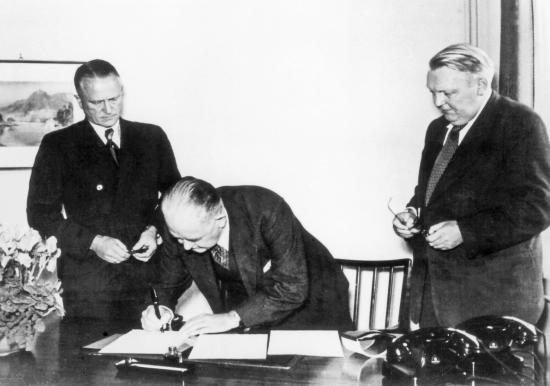 Överste Charles Radclyffe undertecknade protokollet som överför förvaltningen av Volkswagenwerk till den federala tyska regeringen.