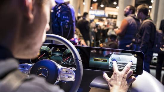 I MBUX styrs många av bilens funktioner från en 3D-modell av bilen. Genom att vrida, knipa och peka på olika delar av modellen kommer man direkt åt det man vill styra.