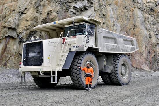 """Swecon breddar sitt sortiment för gruvindustrin med tipptruckarna Terex Trucks TR70 och TR100. Med Volvo CE i ryggen och Swecons servicenät är tipptruckarna redan attraktiva inom gruvindustrin. I somras levererade Swecon den första Terex tipptrucken till Lars-Göran """"Lalla"""" Rutqvist - en TR100 med en lastkapacitet på 57 kubikmeter eller närmare 100 ton och som har en motor som levererar drygt 1 000 hästkrafter (783 kW)."""
