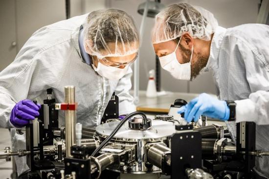 Forskare vid Linköpings universitet har utvecklat ett stabilt polymert bläck med hög ledningsförmåga. Simone Fabiano och Antoine Stoeckel i renrummet på Campus Norrköping.