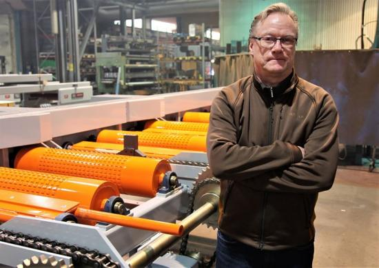 Ulf Persson, platschef på Lönneberga Mekaniska AB vid en av de leveransfärdiga timmerbanorna som ska till Sundsvall.