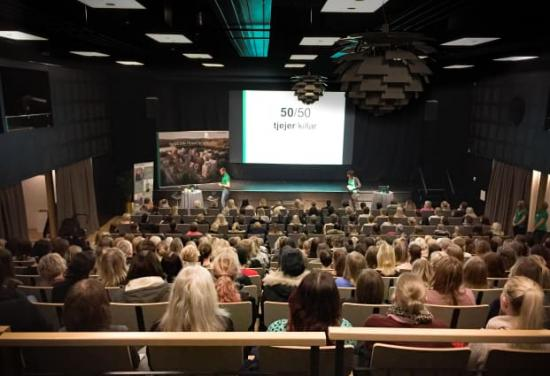 300 tjejer kom för att höra mer om att jobba på Derome, målet om att vara lika många killar som tjejer och om tjänsterna på den nya volymhusfabriken i Värö, utanför Varberg.