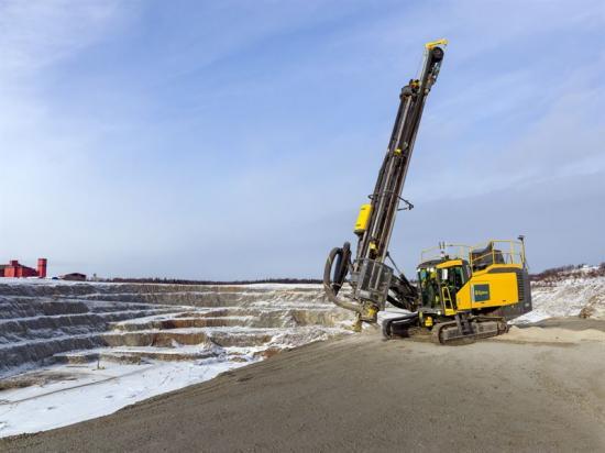 En Epiroc SmartROC D65 ovanjordsborrigg för stenbrytning och gruvdrift, en av maskinerna som tillverkas av divisionen Surface and Exploration Drilling i Örebro.