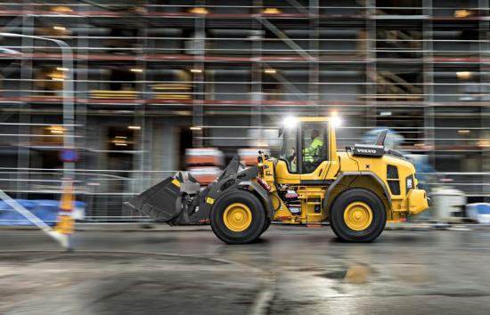 Produktiviteten stimuleras av maskinens överlägsna stabilitet. Den nyligen optimerade lastenheten och omkonstruerade, extra tunga motvikten ser till att maskinen står stadigt oavsett terräng. L90H har också en 73 mm högre lyfthöjd och 3 % högre tipplast. Det är inte bara de uppdaterade L60H, L70H och L90H som är redo för utmaningar – från den bekväma och trygga Volvohytten kan föraren också prestera mera.
